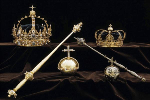 Zlodeji ukradli dve koruny a kráľovské jablko, ktoré použili na pohreboch kráľa Karola IX. a kráľovnej Kristiny.