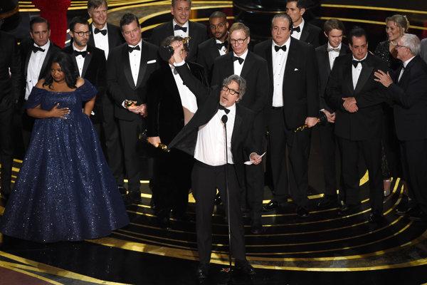 Režisér Peter Farrelly a štáb filmu Zelená kniha si preberá Oscara za najlepší film.