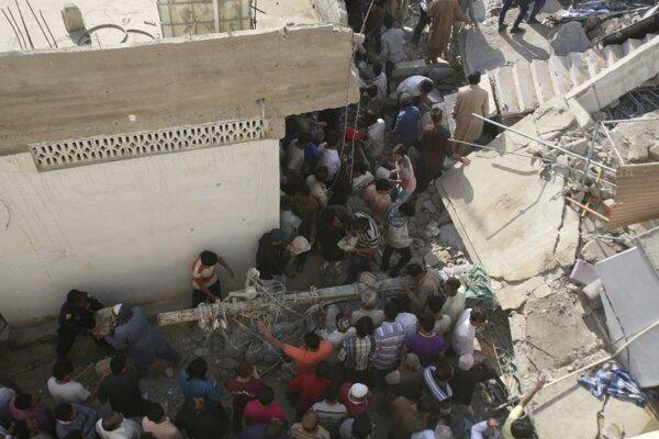 Zvyšky zrútenej trojposchodovej budovy v Karáči.