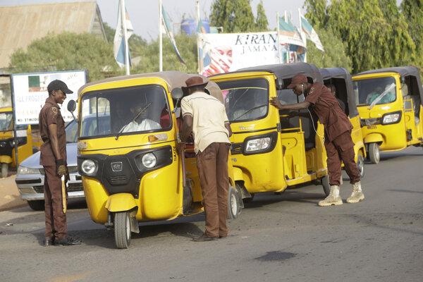 Nigérijskí strážnici kontrolujú občanov
