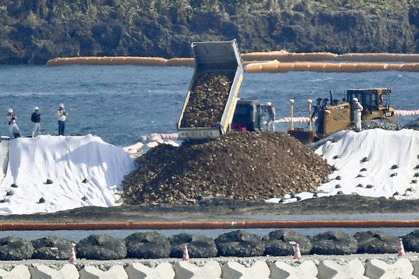 Prípravy na výstavbu základnej americkej armády v zálive Henoko na východnom pobreží Okinawy.