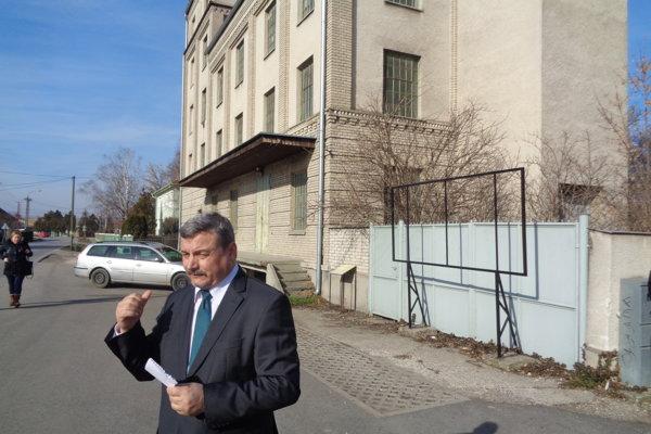 Podpredseda TSK József Berényi pri budove parného mlyna.