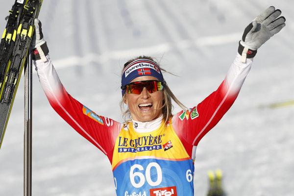 Therese Johaugová oslavuje triumf v Seefelde.