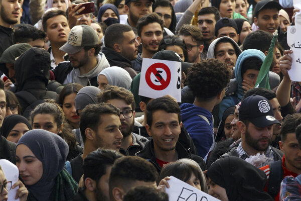"""Protestujúci skandovali heslá ako """"žiadne piate funkčné obdobie"""" a """"nechceme Bufetliku a ani Saída""""."""
