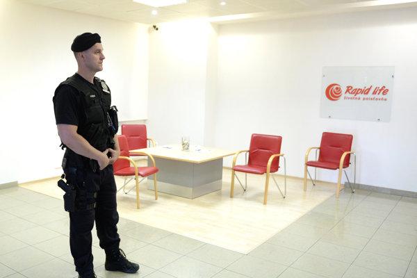 NBS uvalila nútenú správu na Rapid life v roku 2017, pri obsadení sídle poisťovne asistovala polícia.
