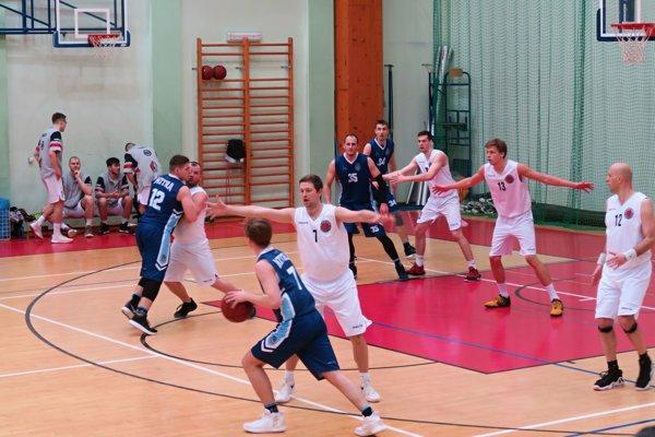 Dolnokubínski basketbalisti (v bielom) vyhrali aj druhý domáci zápas v nadstavbe.