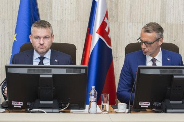 Na snímke vľavo premiér SR Peter Pellegrini a vpravo podpredseda vlády pre investície a informatizáciu SR Richard Raši počas 143. rokovania vlády SR 27. februára 2019 v Bratislave.