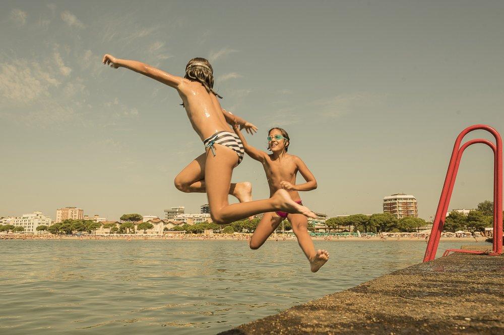 Počas prázdnin pri mori je väčší priestor na zábavu, ktorá stiera vekové aj sociálne rozdiely.