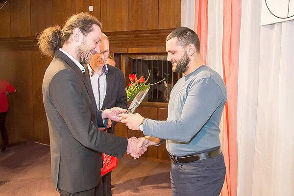 Za vzpieračské družstvo prevzal cenu Tomáš Chovanec.