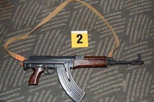 Policajti pri domovej kontrole zaistili dve zbrane.