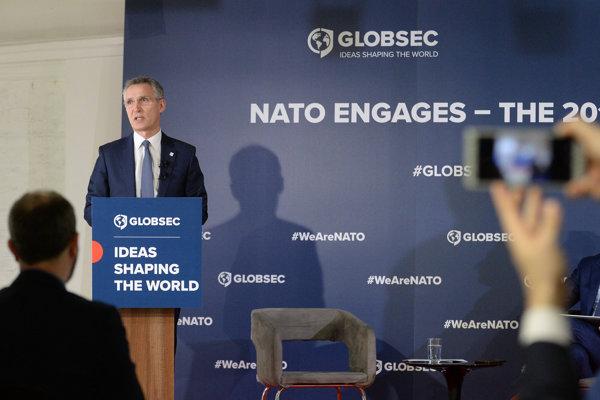Jens Stoltenberg počas verejnej diskusie.