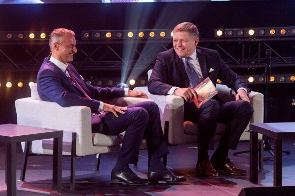 Richard Raši a Robert Fico na jednej z akcií Smeru k MDŽ.