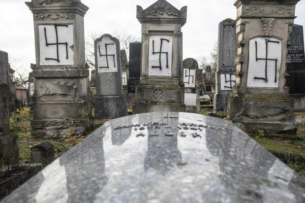 Minulý rok v decembri na židovskom cintoríne v meste Herrlisheim neďaleko Štrasburgu postriekal niekto hroby hákovými krížmi.