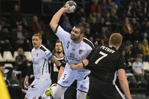 Na snímke s loptou hráč Prešova Ognjen Djerič, vpravo hráč Topoľčian Michal Blaho, vľavo jeho spoluhráč Oliver Tóth