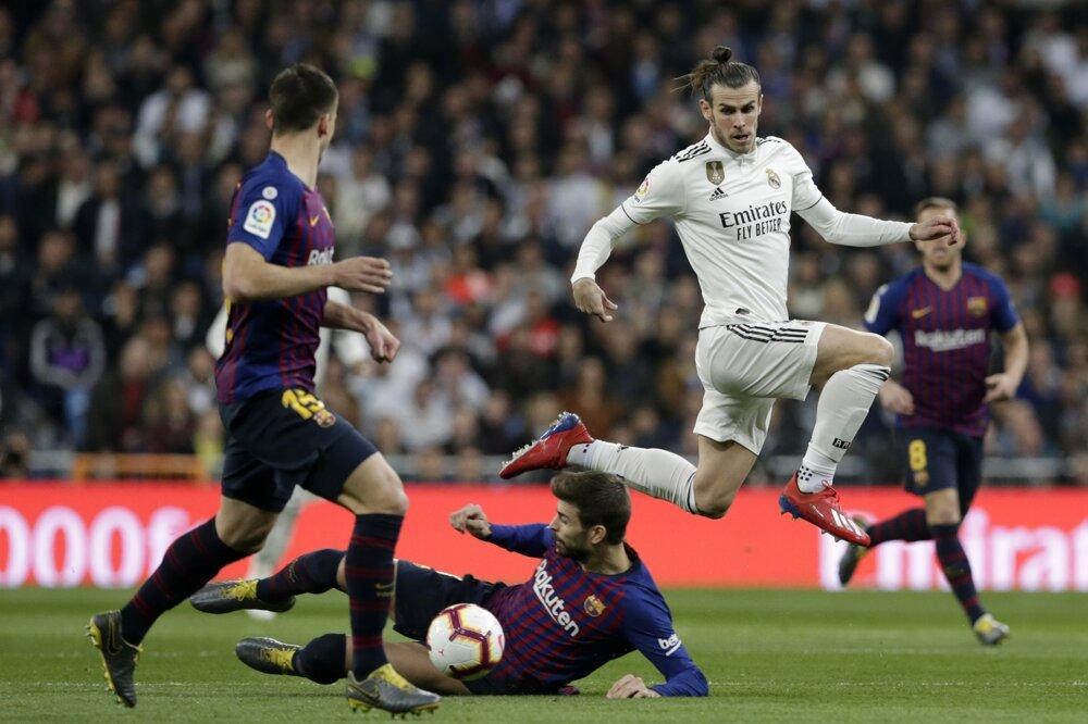 a31e0b080a5a4 La Liga 2018/2019: Pozrite si momentky zo zápasu Real Madrid - FC Barcelona.  11/14. Zväčšiť Všetky fotky. Gareth Bale sa snaží obísť Gerarda Piquého.