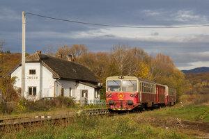 Vlak v stanici Jasov, kde sa nachádza okrem navštevovanej jaskyne aj Premonštrátsky kláštor.