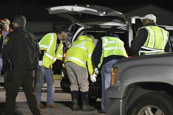 Záchranári v areáli strednej školy Sanford v meste Beauregard.