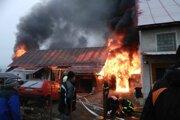 Požiar vypukol po 14 hodine, na mieste zasahovali dobrovoľní hasiči z Novej Bystrice, Starej Bystrici i profesionálni hasiči z Čadce.