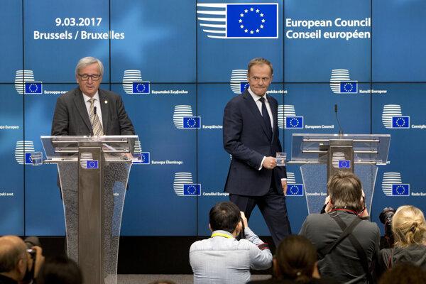 Predseda Európskej komisie Jean-Claude Juncker (vľavo) a predseda Európskej rady Donald Tusk.
