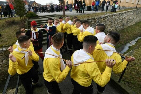 Tradičný šabľový tanec počas fašiangovej pochôdzky v Chtelnici.