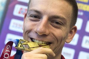 Na snímke slovenský šprintér Ján Volko pózuje so zlatou medailou z behu na 60 m na ME v Glasgowe na tlačovej konferencii v Bratislave 5. marca 2019.