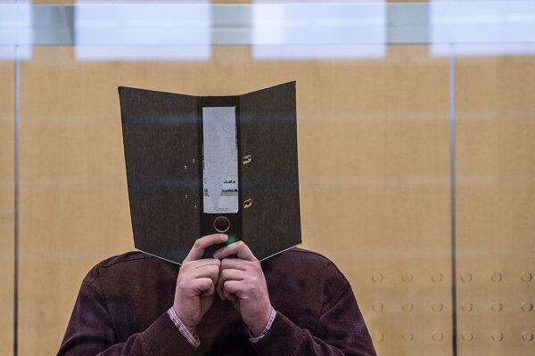 Odsúdený Nils. D schováva svoju tvár počas súdneho procesu.