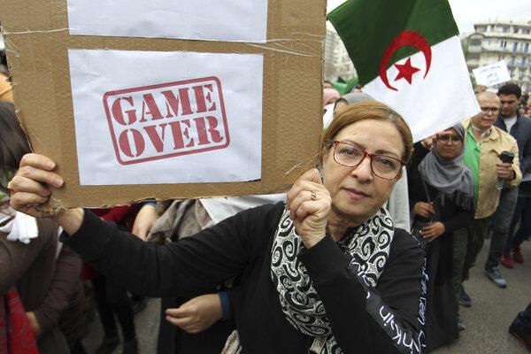Protesty v Alžírsku pokračujú.