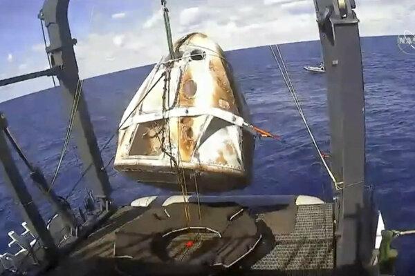Vyzdvihnutie kapsuly Crew Dragon z vôd Atlantického oceánu.
