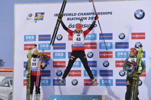 Anastasia Kuzminová sa teší zo zisku zlata v šprinte na MS v biatlone 2019.