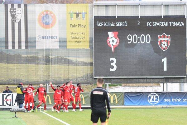 Futbalisti Serede sa radujú z výhry nad Trnavou.