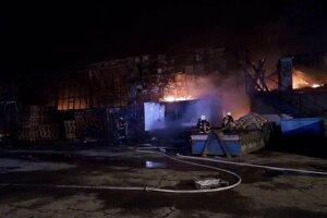 Oheň sa rozšíril aj na vedľajší objekt.