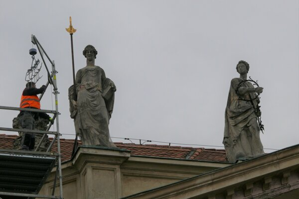 Súsošie Alegória skromnosti a Alegória mlčanlivosti na budove Primaciálneho paláca v Bratislave.