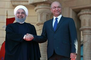 Iracký prezident Barham Sálih (vpravo) si podáva ruku so svojím iránskym partnerom Hasanom Rúháním.