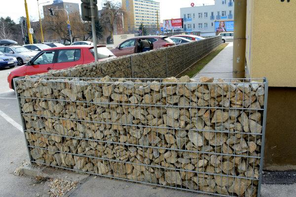Stavebník múrika zatiaľ mesto a jeho stavebný úrad ignoruje.