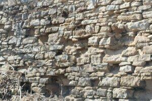 Aj takéto poškodenia sú v niektorých častiach hradieb.