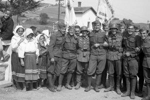 Spoločná fotografia slovenských a nemeckých vojakov na obsadenom poľskom území v septembri 1939.