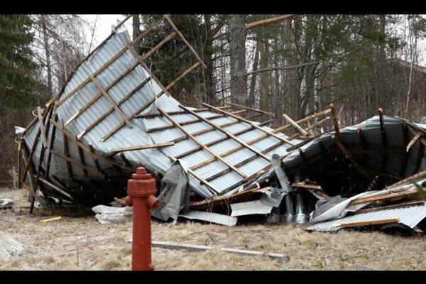 Strecha hotela v Starej Lesnej, ktorú sfúkol vietor.