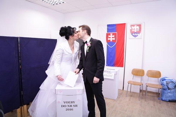 Do volebnej miestnosti prišli voliť aj budúci mladomanželia. Od volieb očakávajú zmenu.