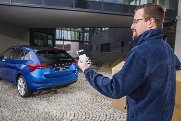 Kuriér cez aplikáciu nájde zaparkované auto, ktoré si odomkne a nechá v ňom zásielku.