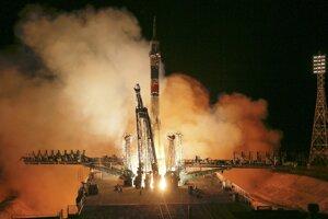 Ruská raketa Sojuz-FG odštartovala vo štvrtok z kozmodrómu Bajkonur a vyniesla loď na obežnú dráhu.