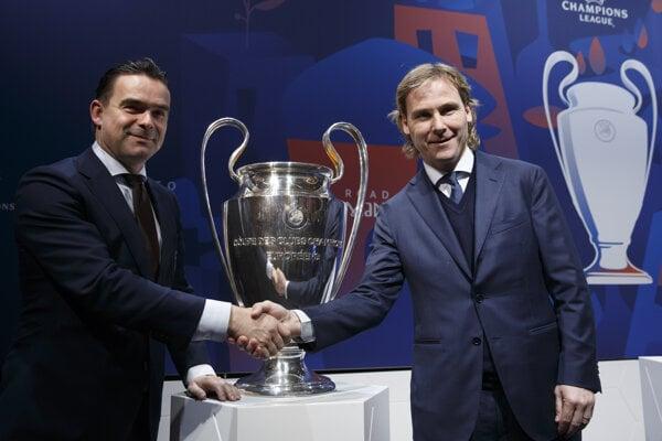 Riaditeľ Ajaxu Marc Overmans (vľavo) a Pavel Nedvěd, viceprezident Juventusu Turín (vpravo).