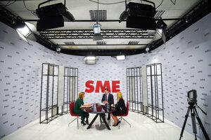 Záber na volebné štúdio denníka SME s prezidentskými kandidátmi počas diskusie.