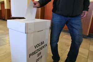Volič v obci Stará Turá vhadzuje svoj hlas do urny.