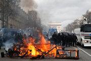 Horiace barikády na Champs-Élysées.