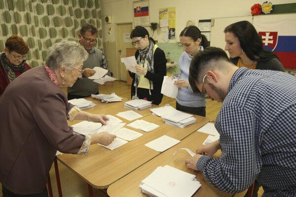 Členovia volebnej komisie sčítavajú hlasy vo volebnej miestnosti v Komárne.