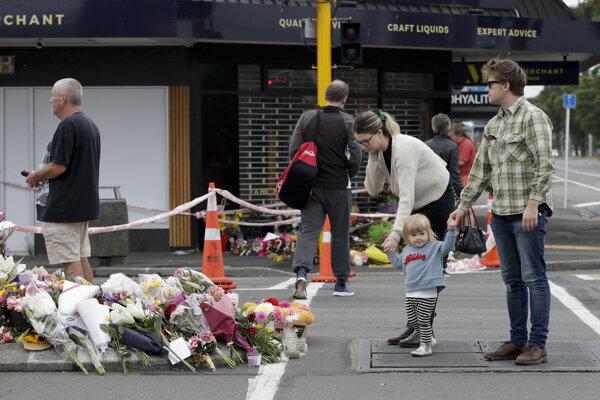 Ľudia pokladajú kvety po streľbe v mešitách.