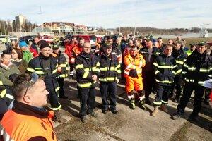 Hľadať prišlo veľa dobrovoľných hasičov z okolitých dedín.