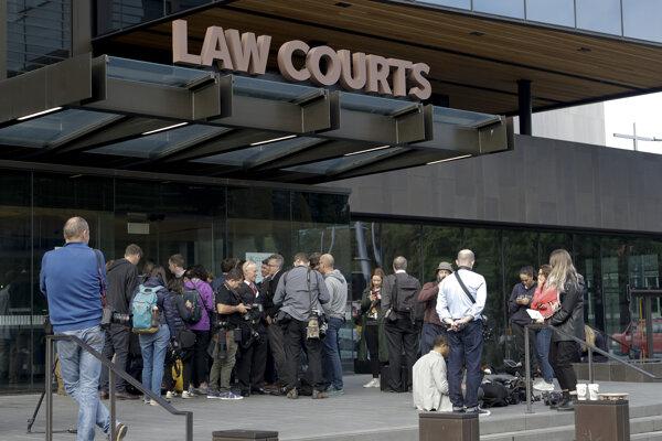 Novinári čakajú pred budovou súdu v meste Christchurch na Novom Zélande. Útočník Brenton Tarrant si vypočul obvinenie z viacnásobnej vraždy.
