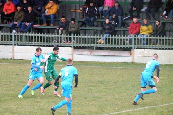 Futbalisti Šale (v modrom) prehrali aj druhý jarný zápas. Tentoraz prekvapujúco na ihrisku Nových Zámkov.