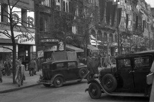 Praha v septembri 1937, keď sa ešte jazdilo vľavo. Pohľad na dolnú časť Václavského námestia pred hotelom Ambassador.